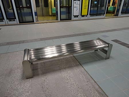 南港展覽館站月台座椅特寫.JPG