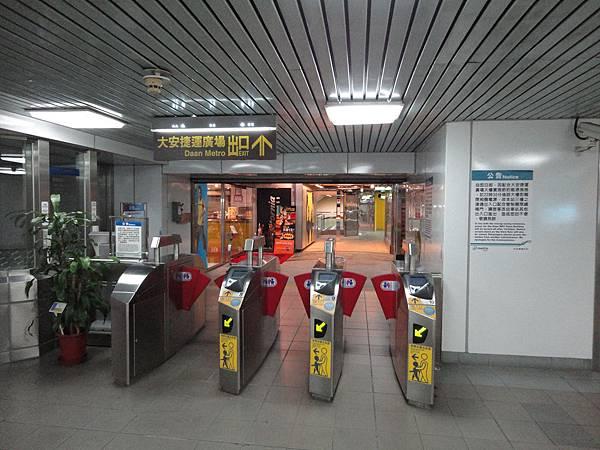 大安站往共購大樓內部的出口
