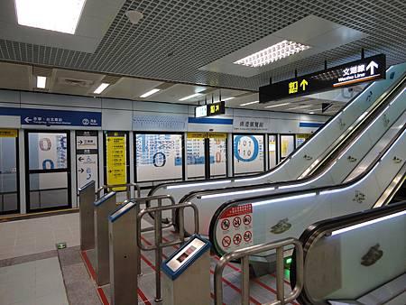 南港展覽館站的月台與電扶梯.JPG