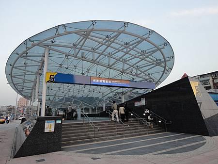白天的南港展覽館站5號出口