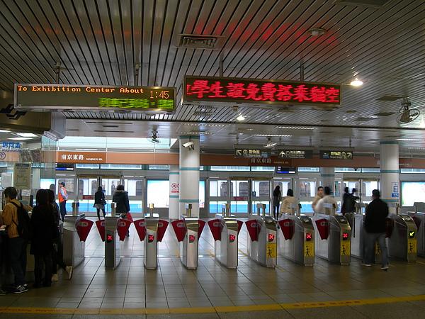 南京東路站的收費閘門