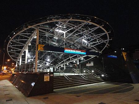 夜間的南港展覽館站5號出口