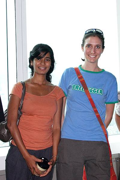 Anala來自美國; Sara來自澳洲