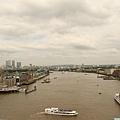 在tower bridge 上俯瞰兩旁泰晤士河風光.JPG