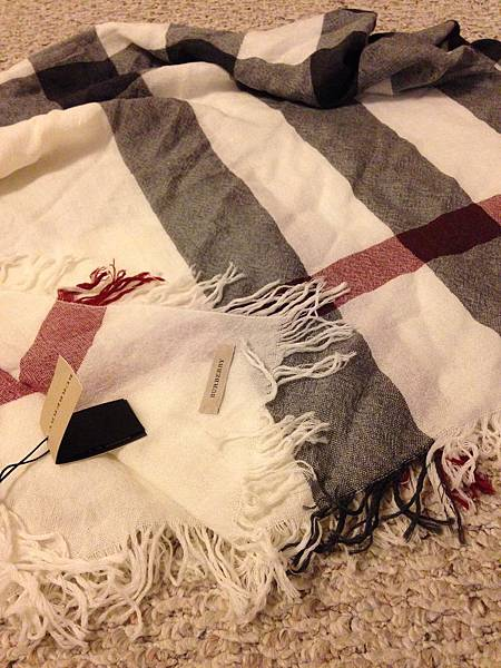 100% silk 的Burberry經典圍巾