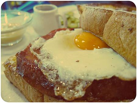 羅浮肉蛋布丁土司