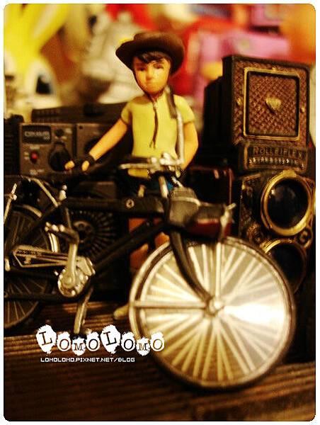 騎腳踏車的食玩少年