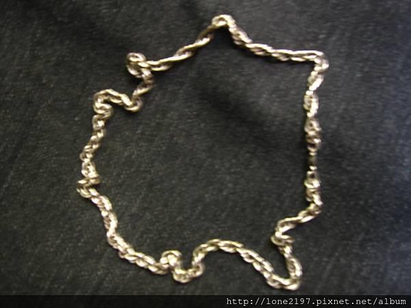 脖子戴的銀色項鍊,因為卸戴很麻煩,所以平常不管是洗澡或睡覺都戴著,