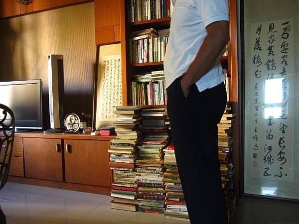 客廳一隅,書滿為患,不斷丟書捐書買書。戒不掉的習慣。
