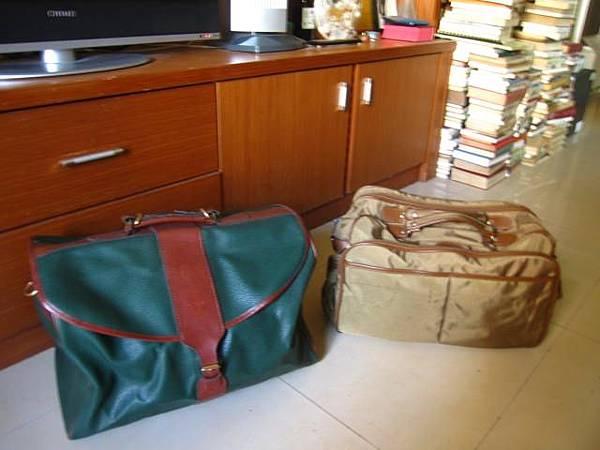 購於跳蚤市場兩只復古旅行袋。秋天應該帶出去坐火車一趟。