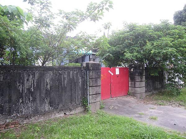 門前貼封條者,表示無人居住,外人亦不得進入。