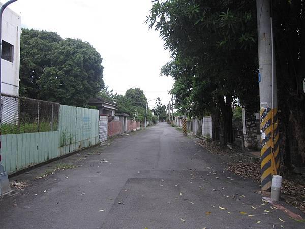 這裡的巷道平常只有社區居民走動,現人煙盡散已無人走動,有一種秋日氣息