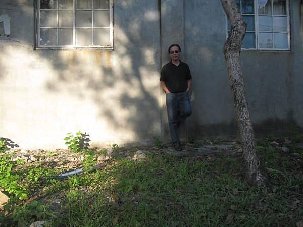 南方下午五點陽光依然亮眼,躲在綠蔭處拍,卻感覺陰暗。2015/06/16攝於左營建業新村