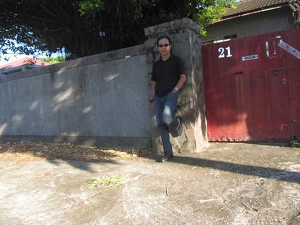 一位不知名大叔在待拆屋前。拍照留念。