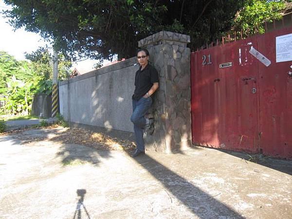 架好相機十秒內跑到門前擺出優雅姿勢真不容易啊。