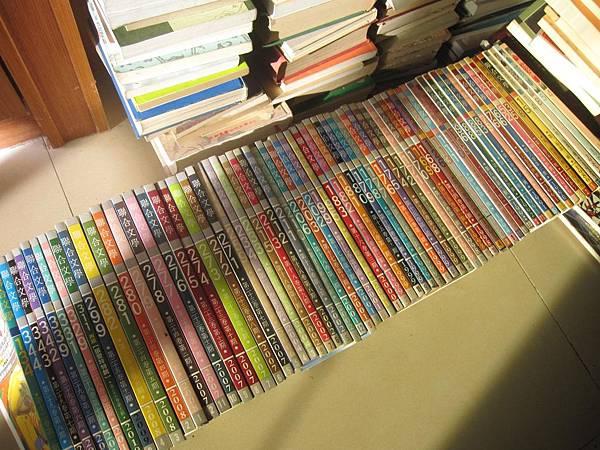 茉莉二手書店的聯合文學雜誌超便宜,五本賣一佰,我陸續挑了不少,家中一堆書都看不完還一直買,根本是個愛貪便宜購物狂。
