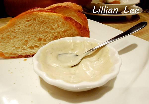 餐前麵包搭配濃密鮪魚醬
