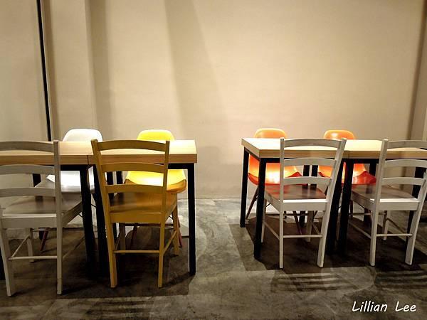 店內桌椅。簡單乾淨。