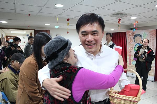 水妹奶奶擁抱郝市長,恭賀新年快樂.JPG
