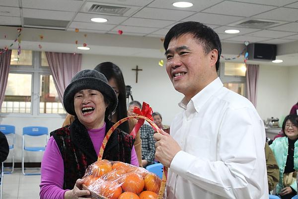 郝市長至贈水果給水妹奶奶.JPG