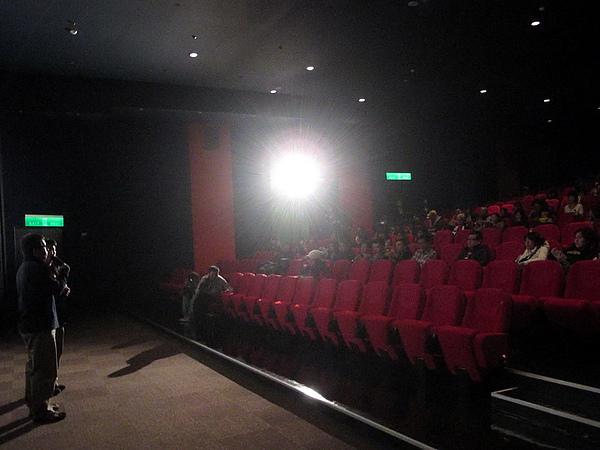 除了前兩排的位置,影廳幾乎全滿!