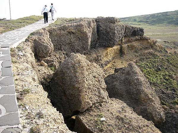 小門西北方的貝殼石灰岩(殼灰岩)