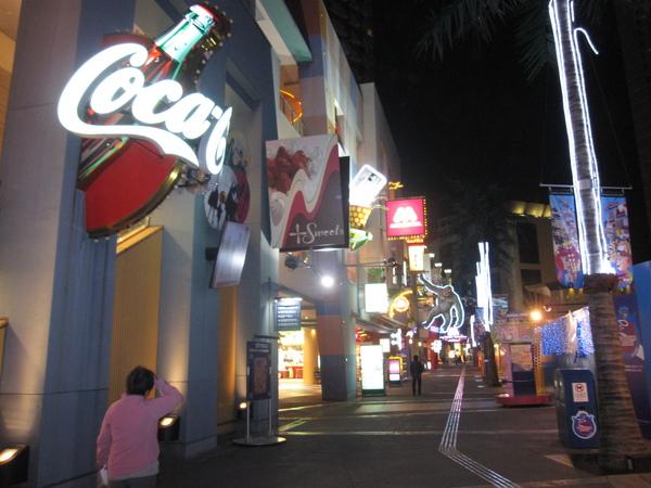 人潮散去的商店街