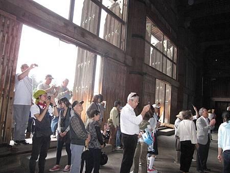 拍一堆遊客在拍