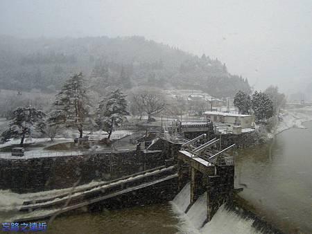 1往飛驒沿路飛雪-1.jpg