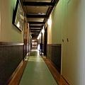 24八ツ三館房間走廊.jpg
