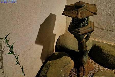 12河津石田屋離屋櫻入口石燈籠.jpg