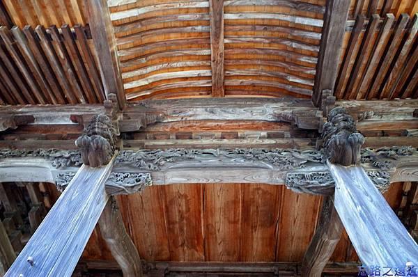 16修禪寺本堂屋頂樑柱.jpg