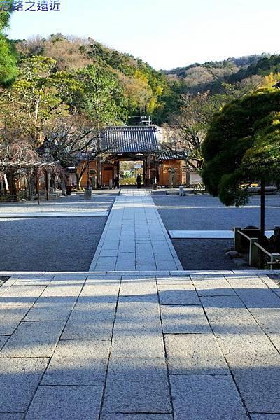 21修禪寺本堂前望山門.jpg