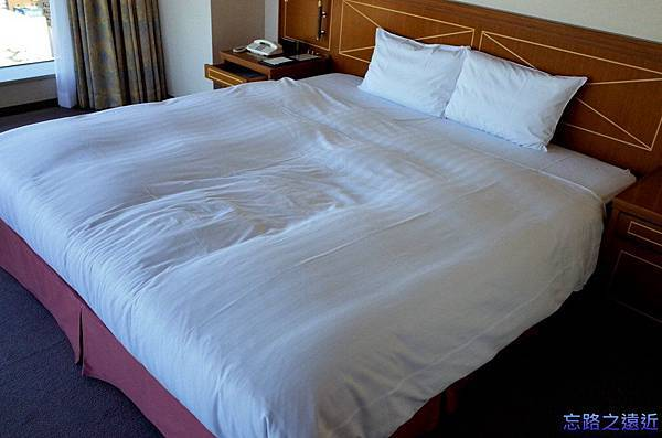17靜岡世紀酒店房間床.jpg