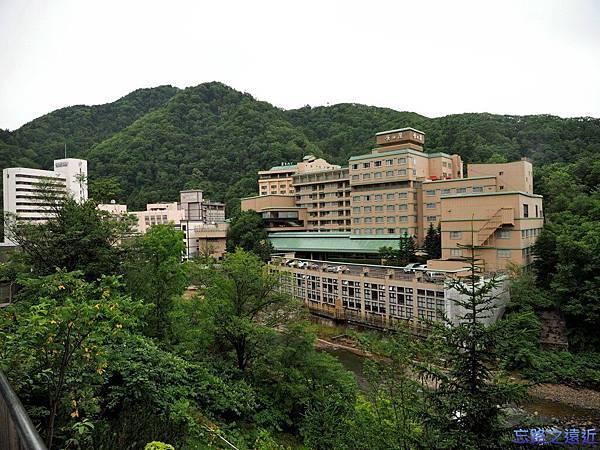 7定山溪溫泉入口望豐平川.jpg