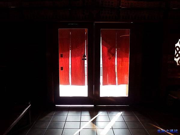 8鍵善良房入口向外.jpg