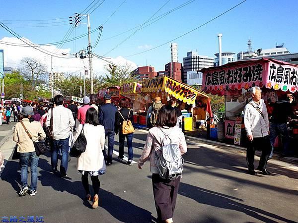 7天滿橋旁櫻花季攤販.jpg