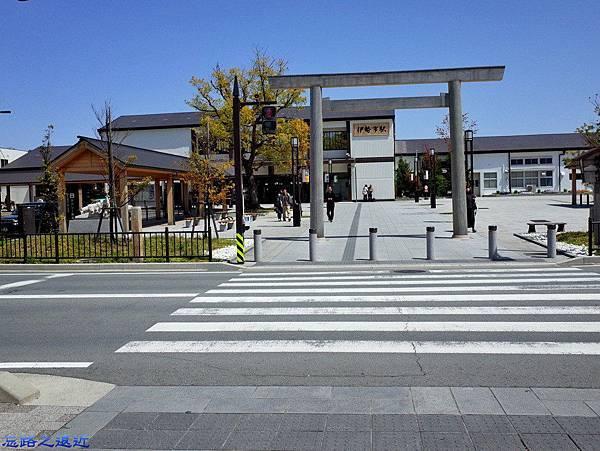 9近鉄伊勢站前鳥居.jpg