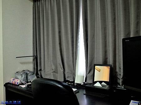 35Richmond Hotel 納屋橋房間面窗書桌