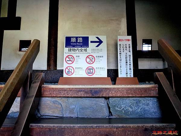 27松本城天守閣入口警示牌.jpg