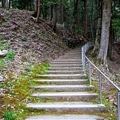 15常樂寺往石造多寶塔階梯.jpg