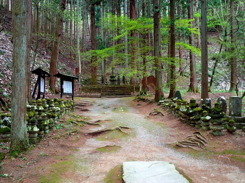 16常樂寺石造多寶塔全境.jpg