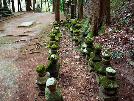 21常樂寺石造多寶塔參道小塔.jpg