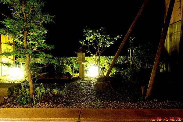 46游泉房間庭院晚上.jpg