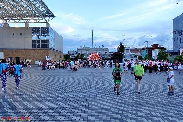 7弘前市立觀光館前廣場睡魔祭集合民眾-1.jpg