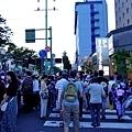 30秋田竿燈祭千秋公園前人潮.jpg