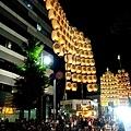 28竿燈祭第二段並排舉燈.jpg