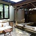 44都わすれ房間露天風呂與庭園桌椅.jpg