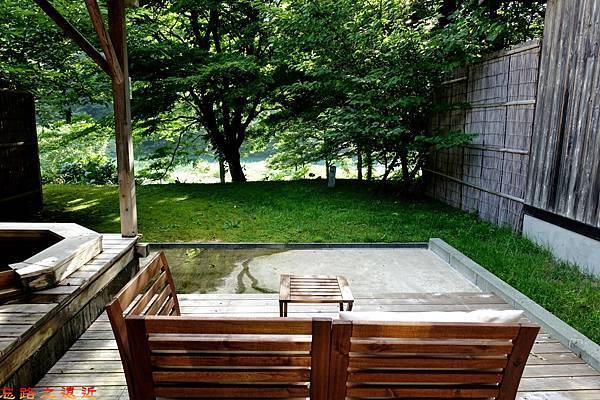 45都わすれ房間露天風呂庭園桌椅望庭園.jpg