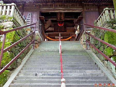 21吉備津神社北入口石階過隨神門.jpg